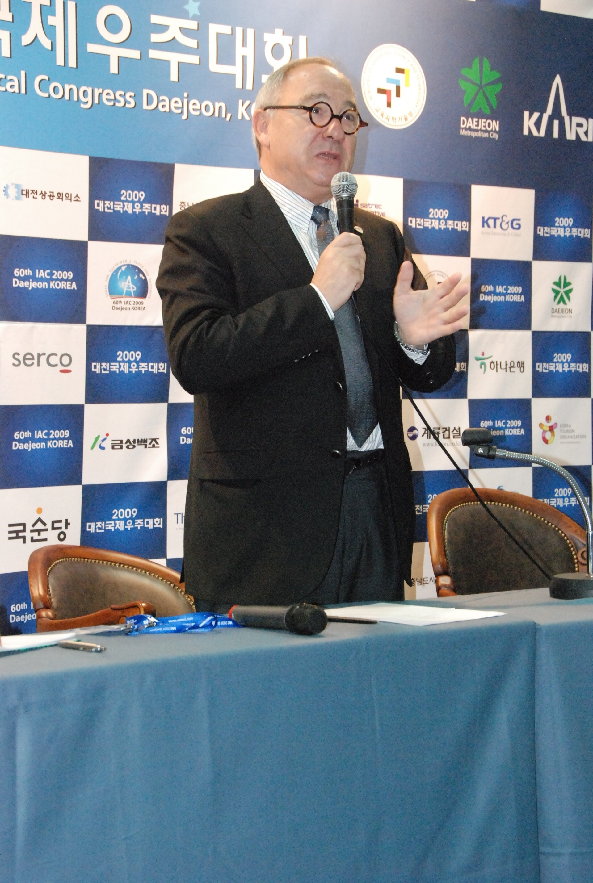 ESA Director General Jean-Jacques Dordain addressing journalists at IAC 2009 in Daejeon South Korea (13 October 2009)