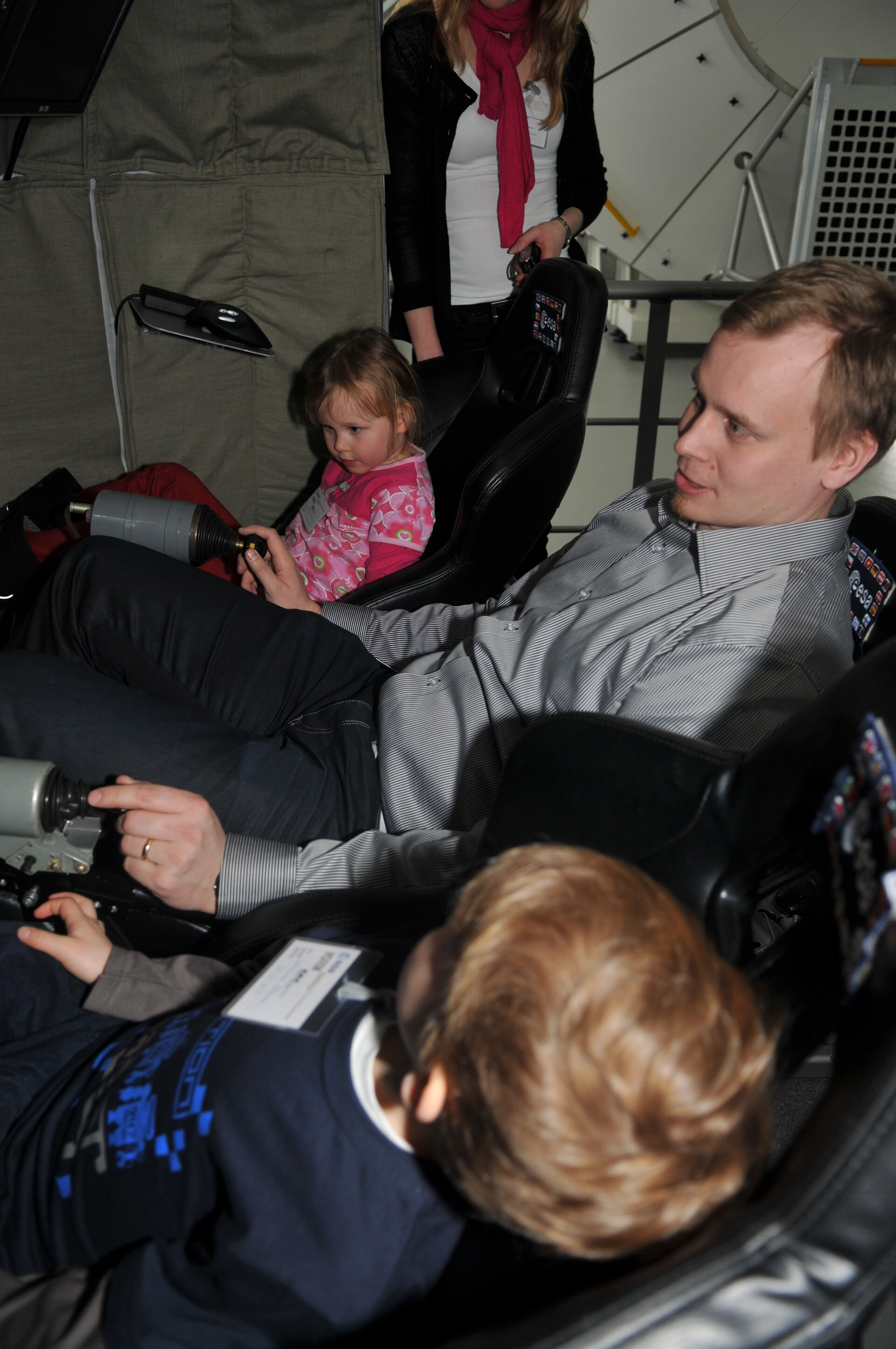 Esa with his family in the Soyuz simulator