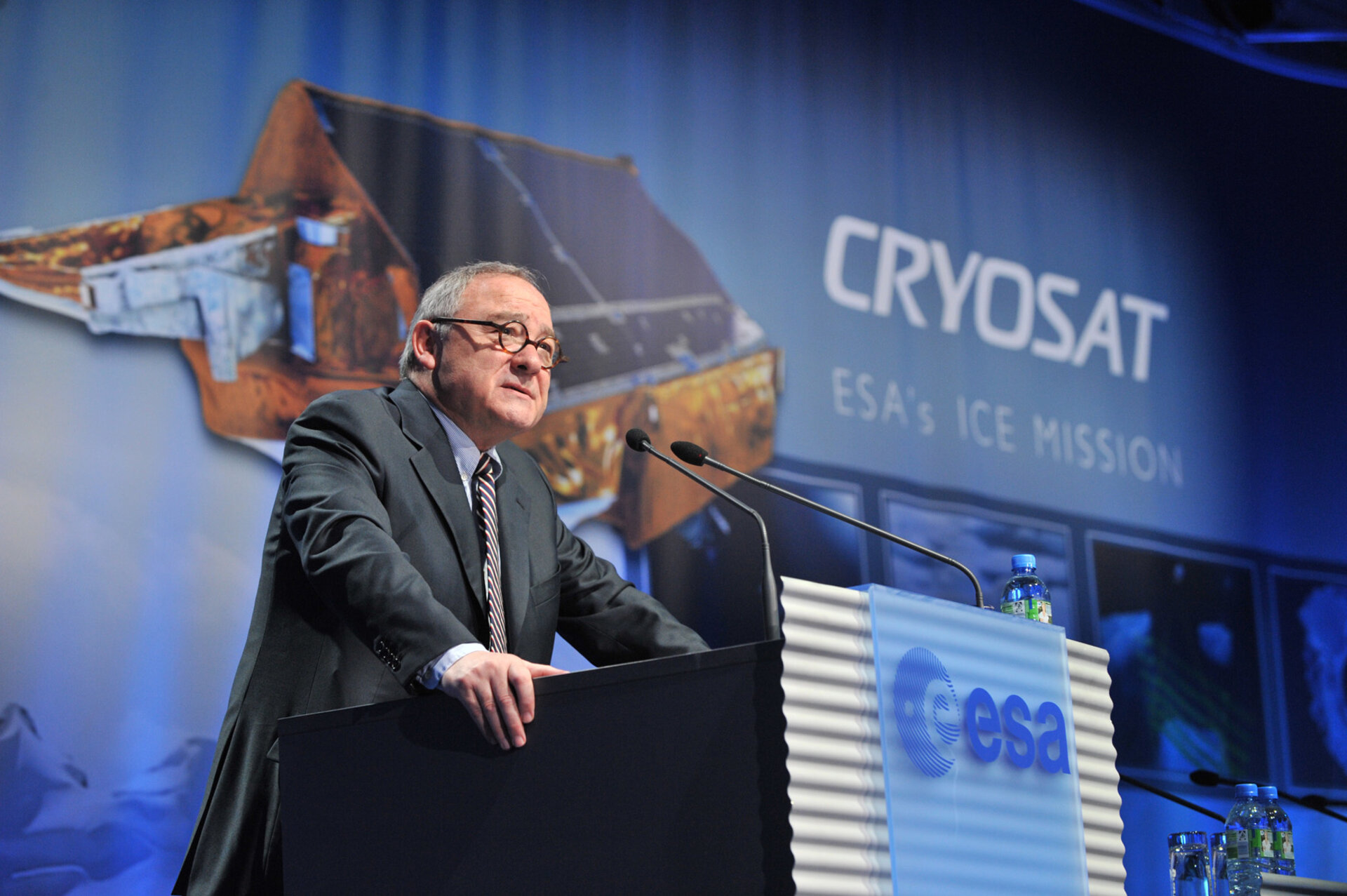 ESA DG Jean-Jacques Dordain addresses the audience at ESA/ESOC on the occasion of the launch of Cryosat 2 on 8 April 2010