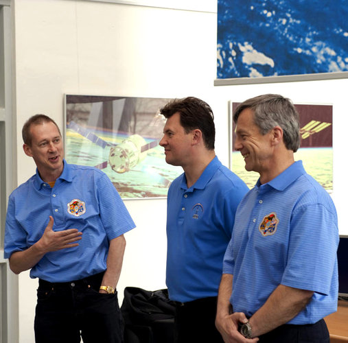 Former ISS crewmates together at ESA's Columbus Control Centre
