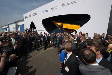 ILA 2010 : Visit of Angela Merkel to the Joint Space Pavillon 'Space for Earth'