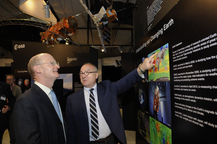 Jean-Jacques Dordain presents the first Earth Explorer mission results to David Willetts