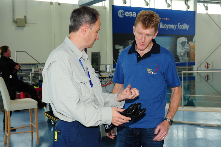 Test director Hervé Stevenin and Timothy Peake during training  in the Neutral Buoyancy Facility at EAC