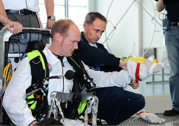 Alexander Gerst prepares for EVA training