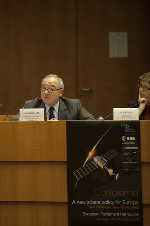Jean-Jacques Dordain addresses the audience at the conference on space policy in Brussels on 26 October