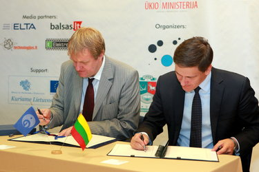 Mr Hulsroj and Mr Kreivys (right) sign the Cooperation Agreement on 7 October
