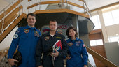 Crew in front of the Soyuz TMA simulator