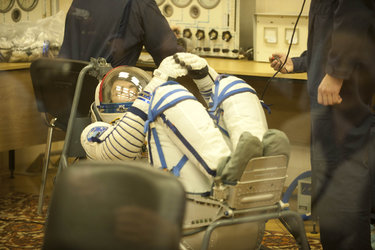 Paolo Nespoli in Sokol suit pressure test in the MIK preparation building