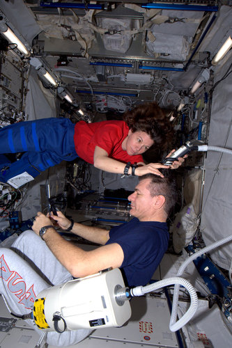 Cady Coleman gives Paolo Nespoli a haircut