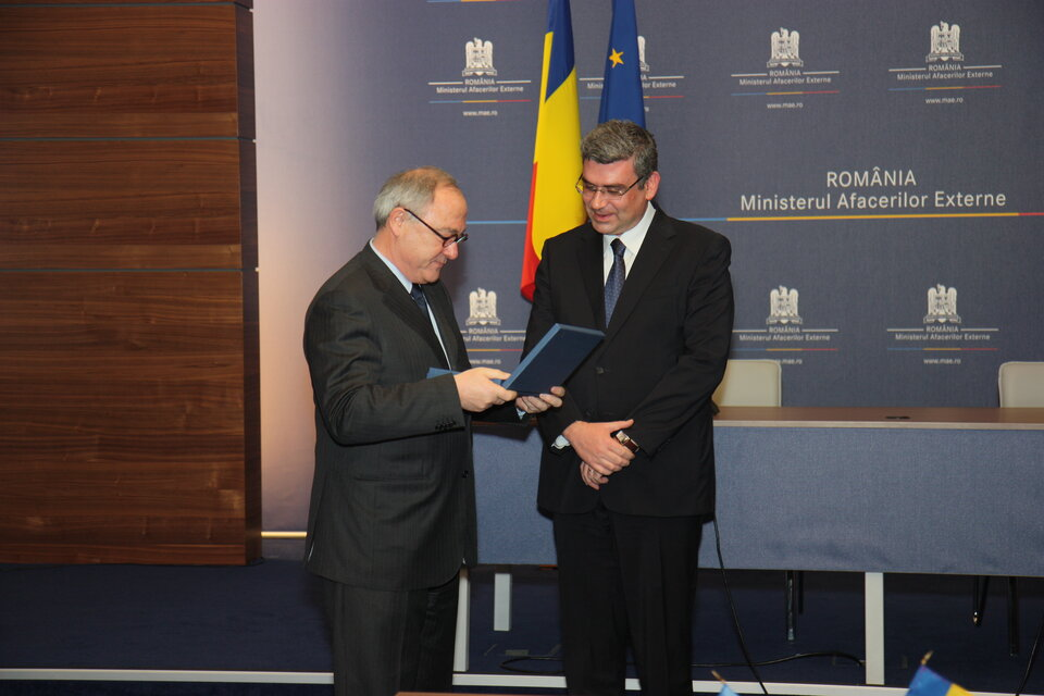 Presenting a gift to Romanian Foreign Minister