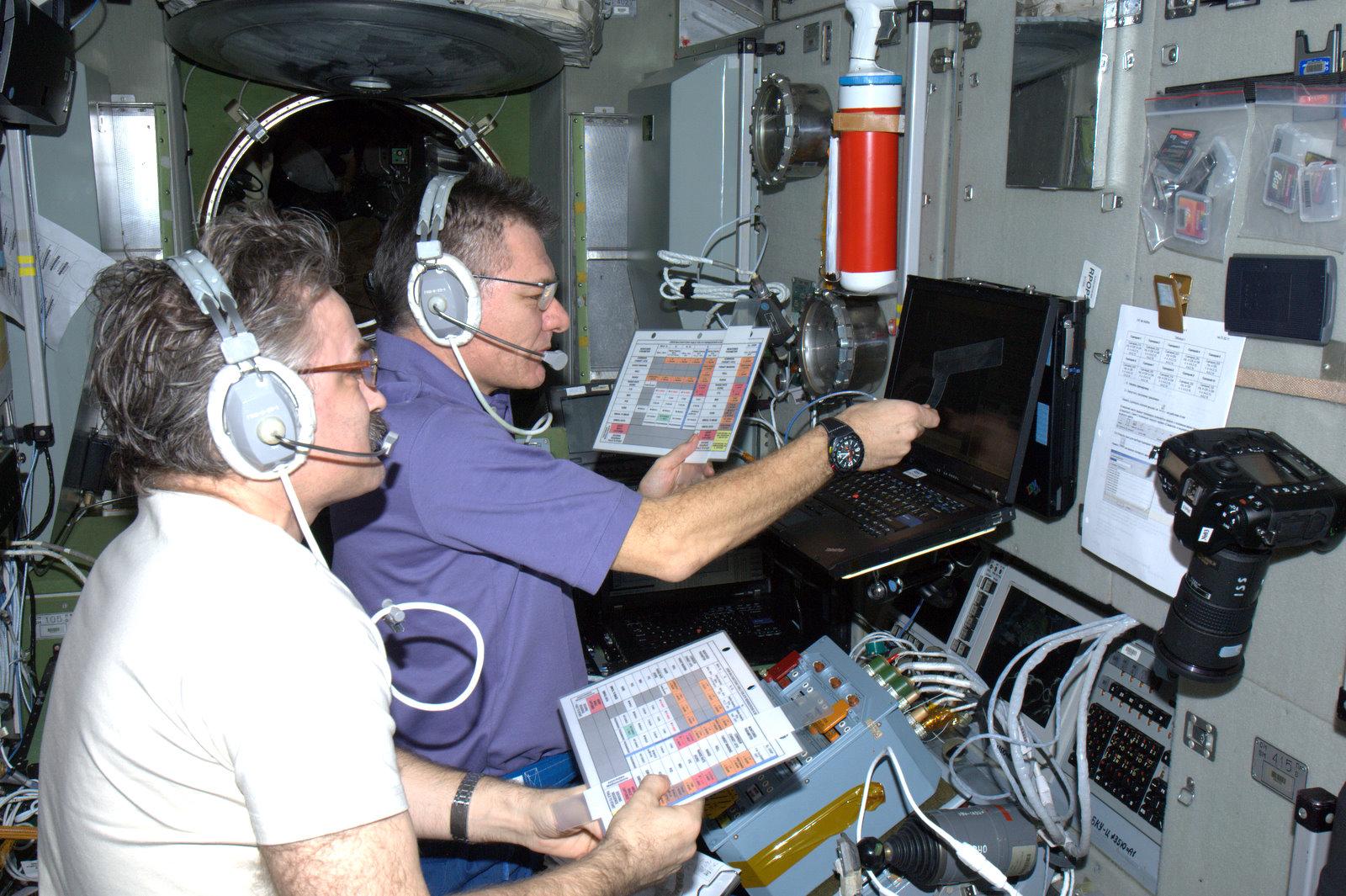 astronauts sleeping compartment - photo #17