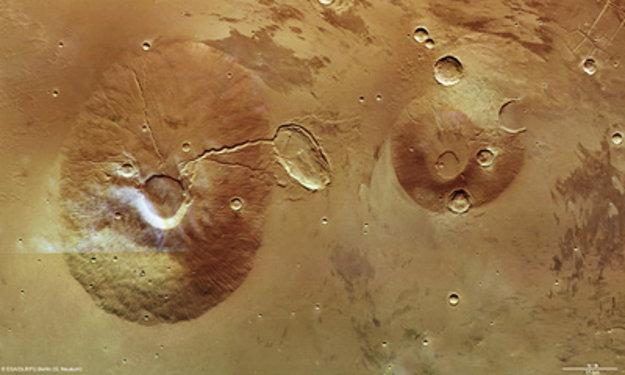 Neighbouring_volcanoes_on_Mars_large.jpg