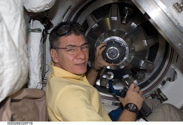 Paolo Nespoli clearing the access to the ATV
