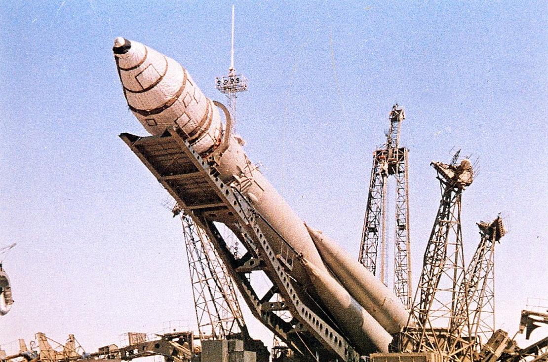 Un día como hoy... - Página 2 The_Vostok_1_launcher_rollout_article_mob