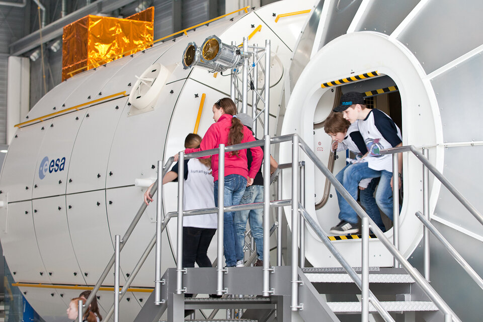 Children with the Columbus module mockup