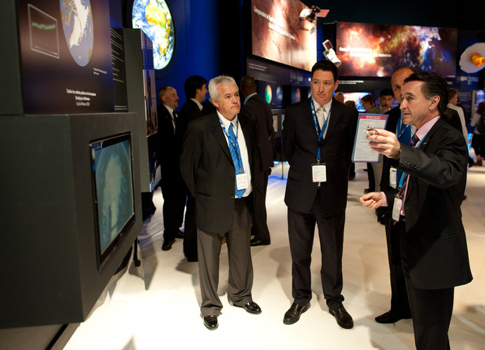 Alonso Ulloa Vélez  and Fernando Doblas visit the ESA pavilion