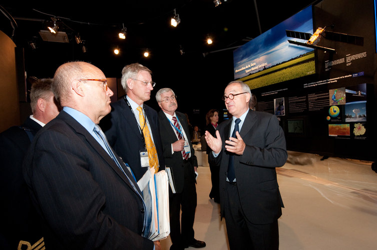 Carl Bildt and Jean-Jacques Dordain visit the ESA pavilion