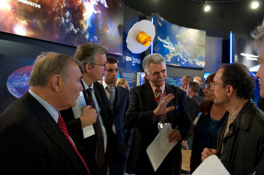Franco Bonacina and Pierre Laurent visit the ESA pavilion
