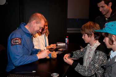 Frank De Winne meets public at the ESA pavilion