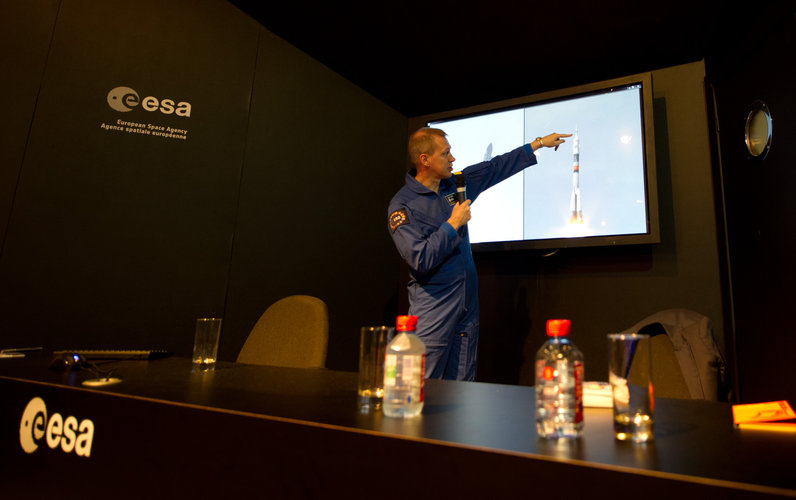 Frank De Winne meets the public at the ESA pavilion