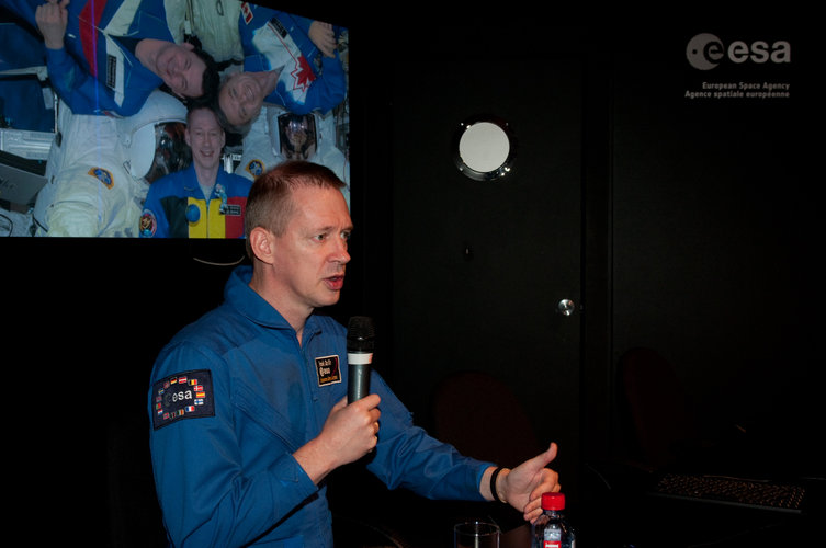 Frank De Winne presents his missions to the ISS at the ESA pavilion
