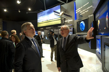 Jean-Jacques Dordain and Antonio Tajani visit the ESA pavilion