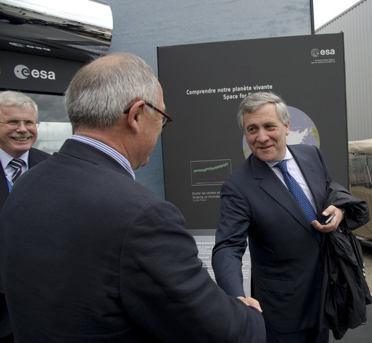 Jean-Jacques Dordain welcomes Antonio Tajani to the ESA pavilion