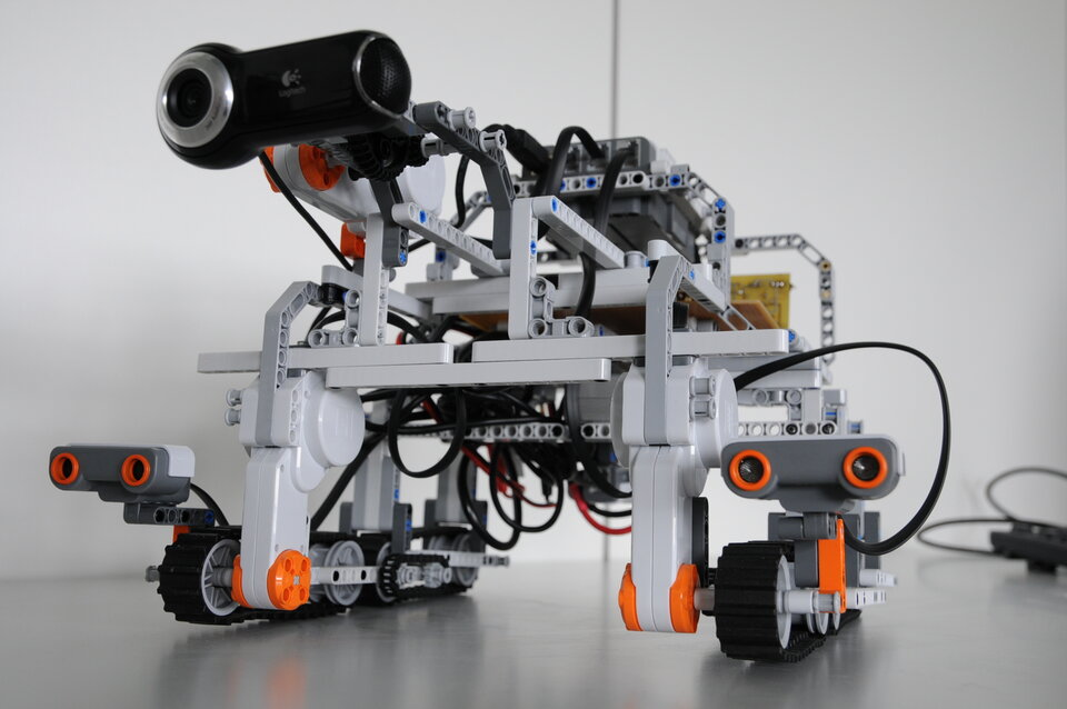 Communications test robot