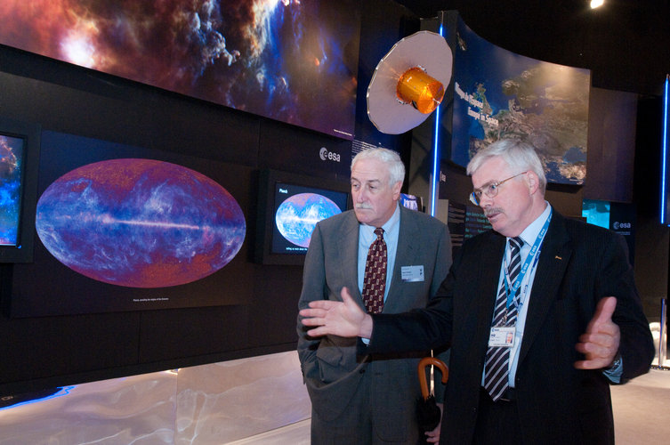 Sean O'Keefe and Karlheinz Kreuzberg visit the ESA pavilion