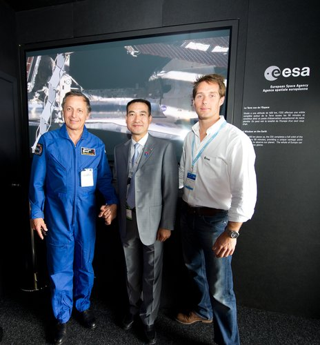 Thomas Pesquet, Michel Tognini and Zhai Zhigang at the ESA pavilion