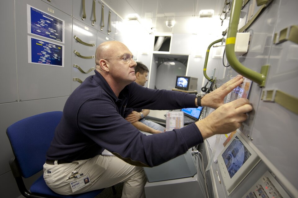 André Kuipers training in the ATV simulator at EAC