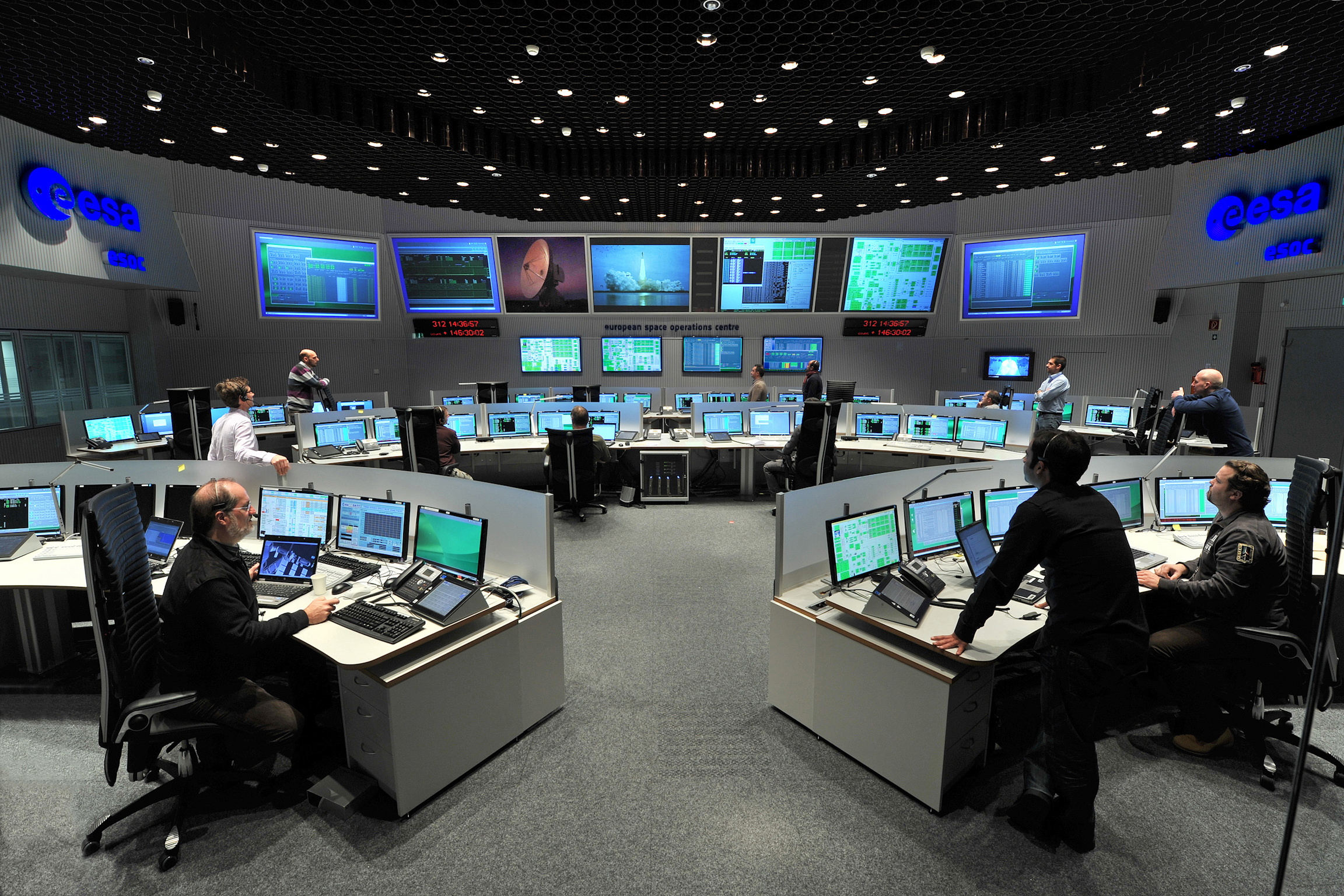 Space in images 2012 06 main control room at esa 39 s for Space design agency