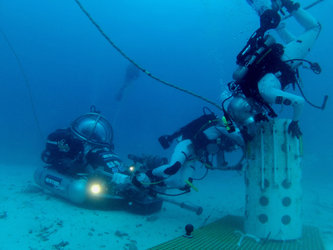Aquanaut teamwork during Neemo