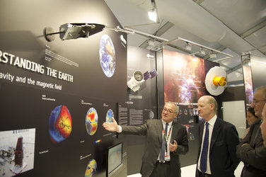 David Willetts visits the ESA exhibition with Jean-Jacques Dordain at Farnborough air show, 10 July 2012