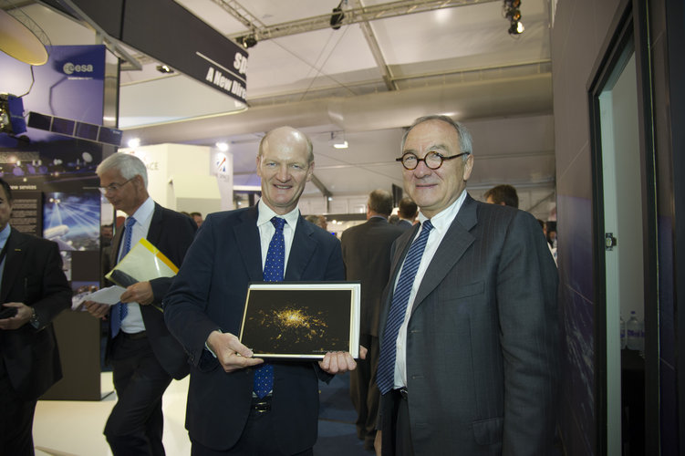 Jean-Jacques Dordain welcomes David Willetts at Farnborough airshow, 10 July 2012