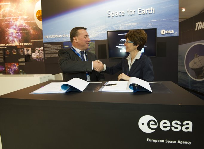Signature: Embarkation Agreement for Hylas-3 on EDRS-C, Farnborough air show, 10 July 2012
