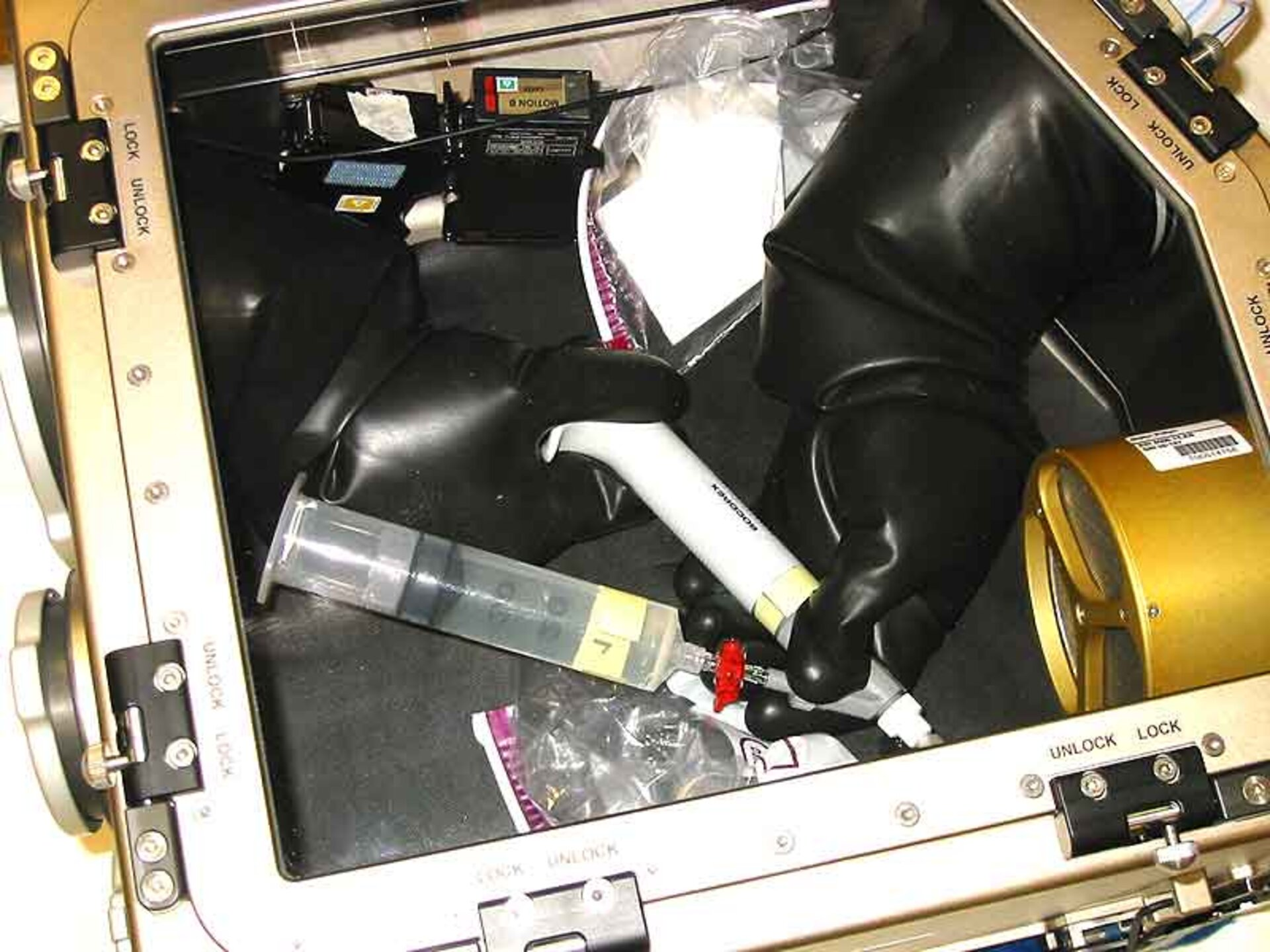 Cell experiment in portable glovebox