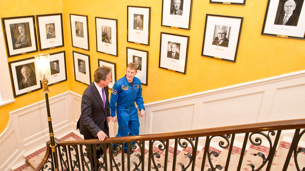 David_Cameron_welcomes_Tim_Peake_to_Downing_St_HIGHLIGHT_large.jpg