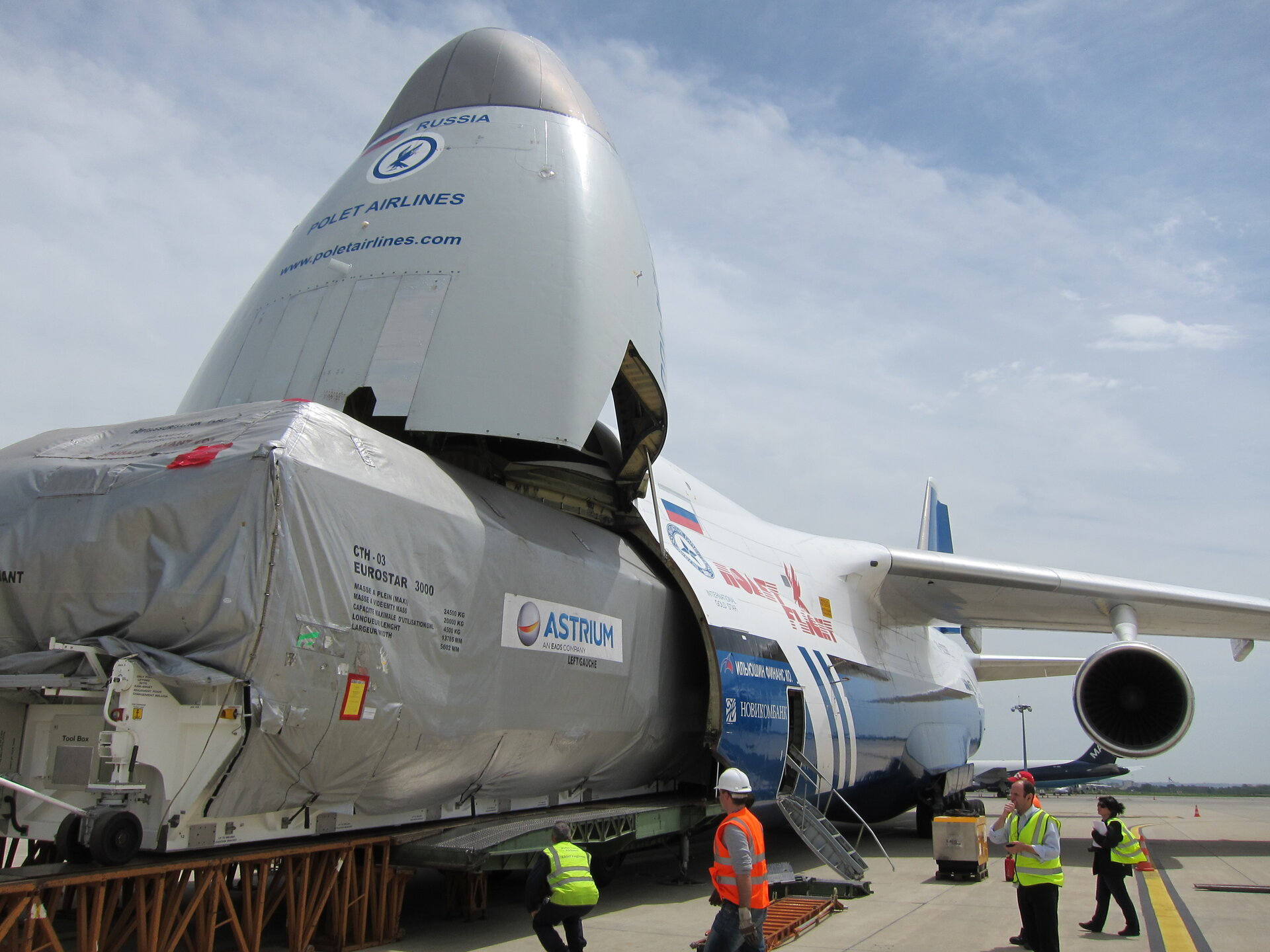 A packaged Alphasat enters the Antonov plane