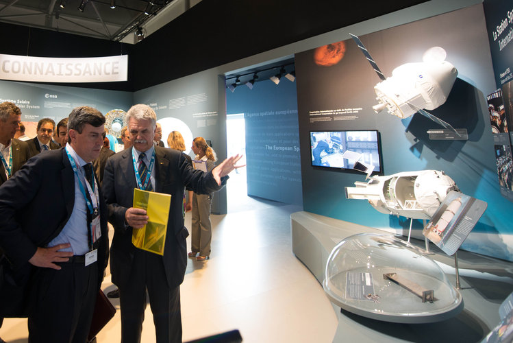 Franco Bonacina presents to the parliamentarians of Italy the ESA Pavilion