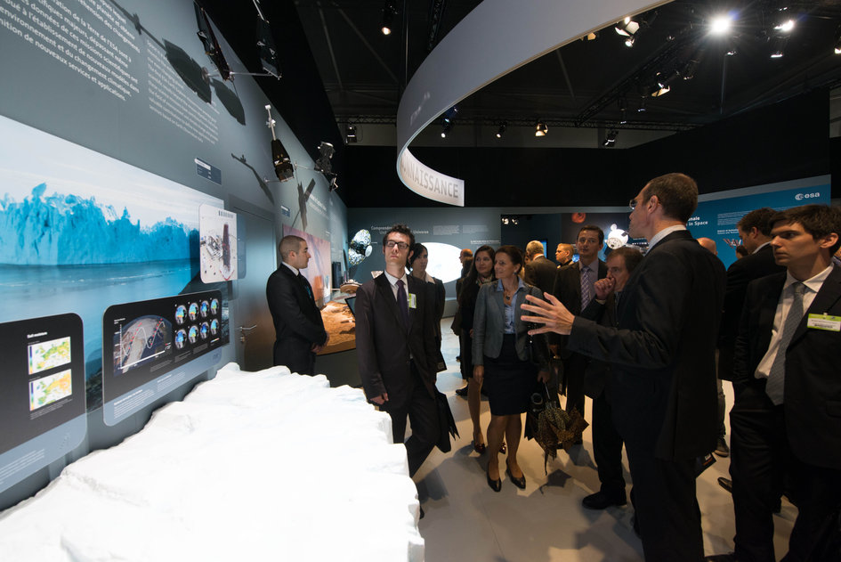 Frederic Nordlund presents to the French Ministry of Foreign Affairs Delegation the ESA pavilion