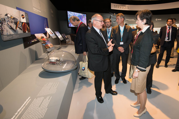 Jean-Jacques Dordain present to Maria Chiara Carrozza the ESA Pavilion