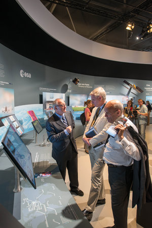 Jean-Jacques Dordain presents the ESA pavilion to Carl Bildt