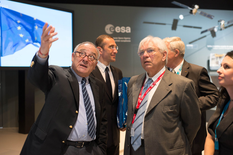 Jean-Jacques Dordain presents to Jose Raimundo Braga Coelho the ESA pavilion