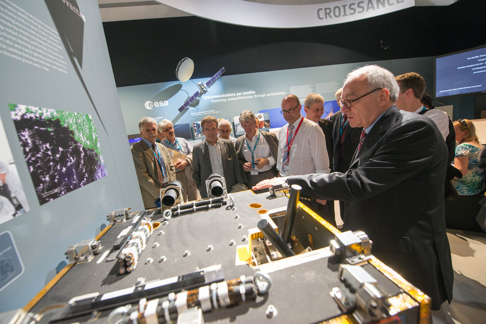 Jean-Jacques Dordain presents to Philippe Courard the ESA Pavilion