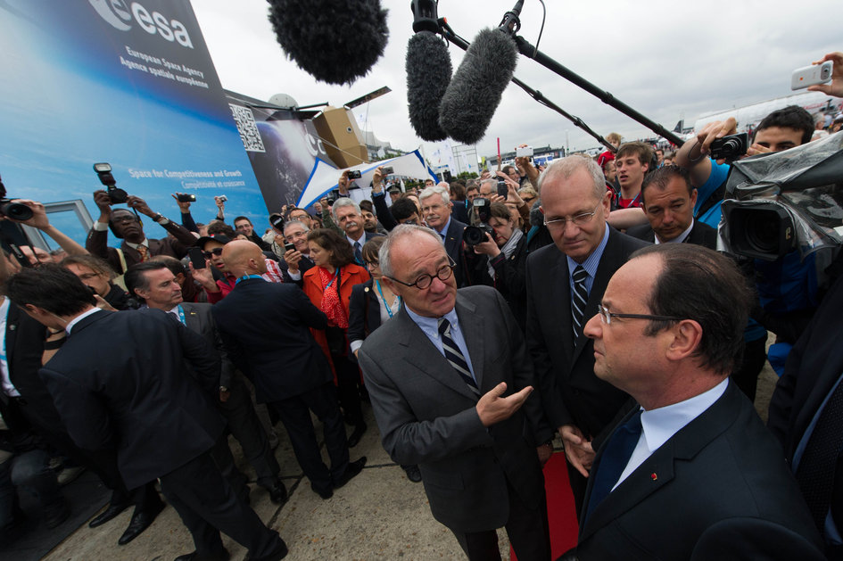 Jean-Jacques Dordain presents to President François Hollande the ESA pavilion