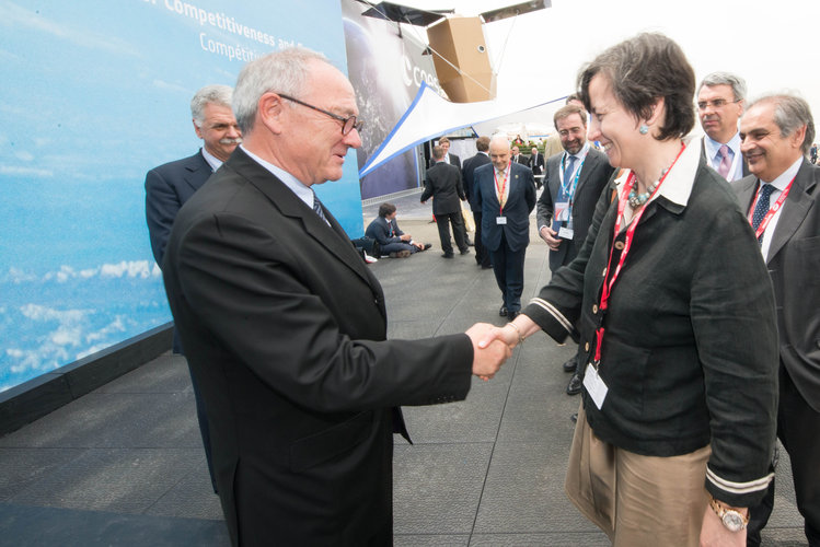 Jean-Jacques Dordain welcomes Maria Chiara Carrozza to the ESA Pavilion