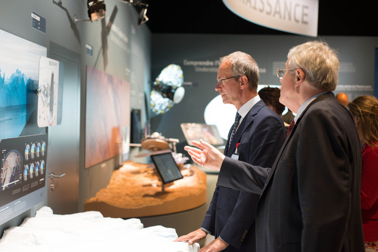 Karlheinz Kreuzberg presents to Henk Kamp the ESA Pavilion