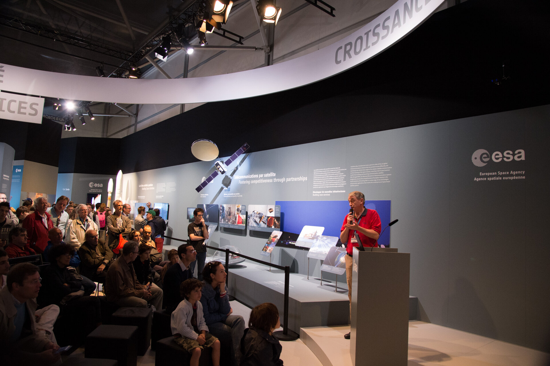 "Public during the ""Ariane 5 Launcher"" lively presentation"