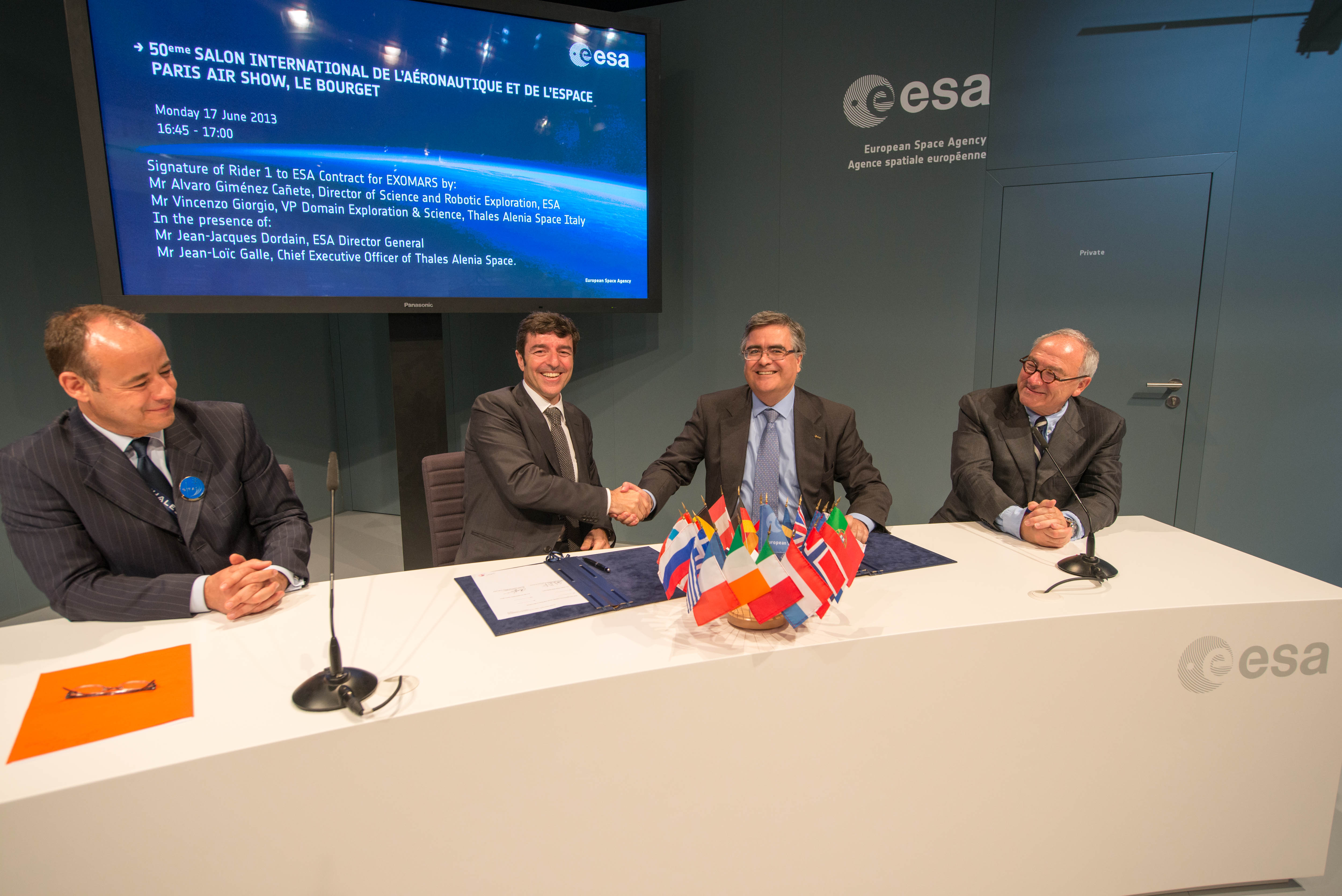 Space in Images - 2013 - 06 - Signature of Rider 1 to ESA Contract